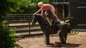 nr 13-Karen Astrup-Leg på hest